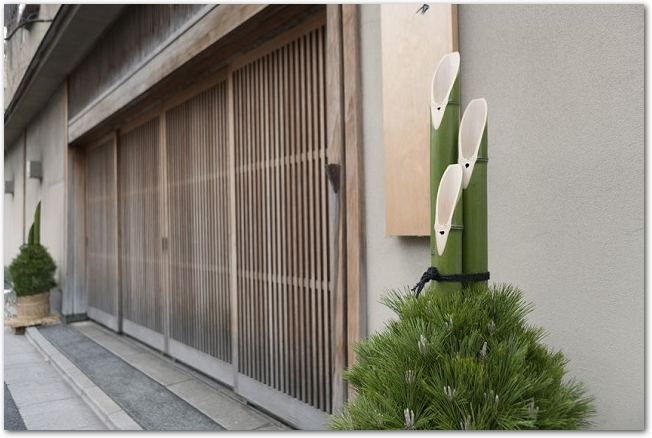 玄関の両わきに飾られた大きな門松