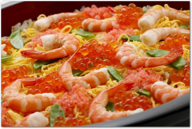 海老といくらがきれいに盛りつけられたちらし寿司