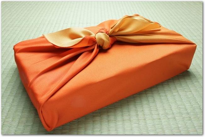 畳の上に置かれた風呂敷包み
