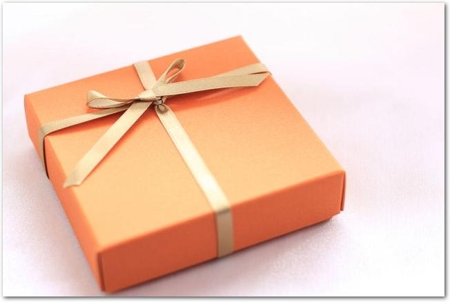 オレンジ色のギフトボックス