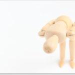 腰を折って謝罪する人形
