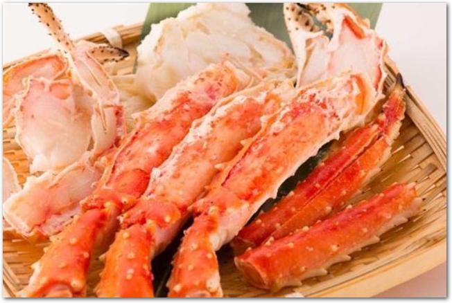 ザルいっぱいに盛られたボイル蟹