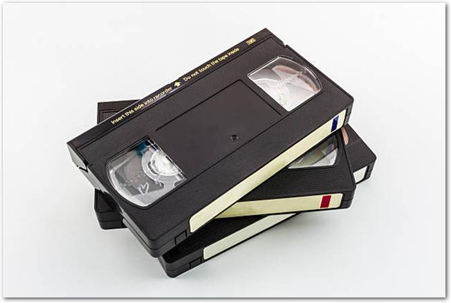 白い背景にVHSテープが3本積み重ねてある