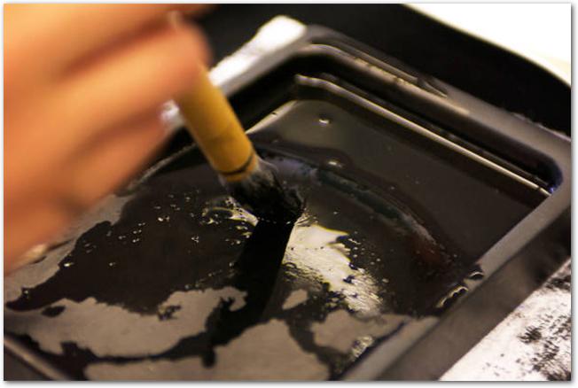 墨汁が溜まっている硯