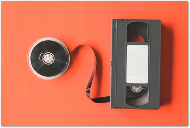 VHSビデオテープのリールが外されている様子