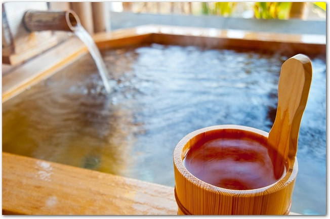 温泉の湯けむりと浴槽